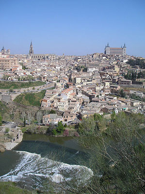 Toledo, Stadtbild von Süden, alte Wasserwerke im Tajo