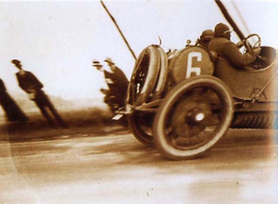 Lartique, Photo vom  Grand Prix 1912 (Deformation der Radansichten unter v)