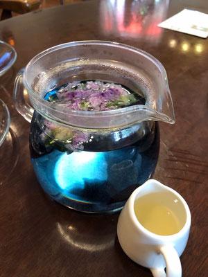 ブルーハワイの海のようなお茶です。