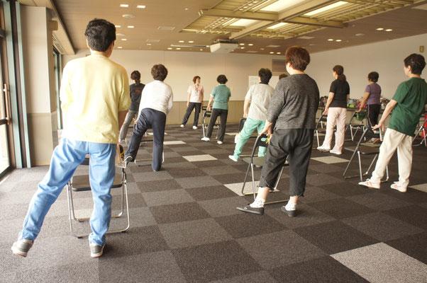 イスを支えにした立位で行う筋力トレーニングです。
