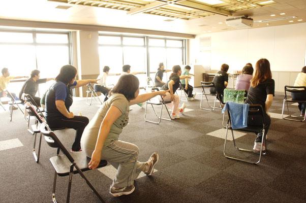 イスに座ったままでも、早歩きと同じくらいの運動強度(4METS)まで行うことができます。