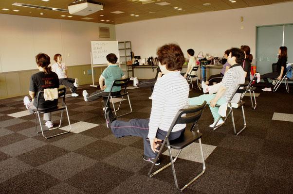 自宅でも実践しやすいイスに座ったままできる筋力トレーニングです。