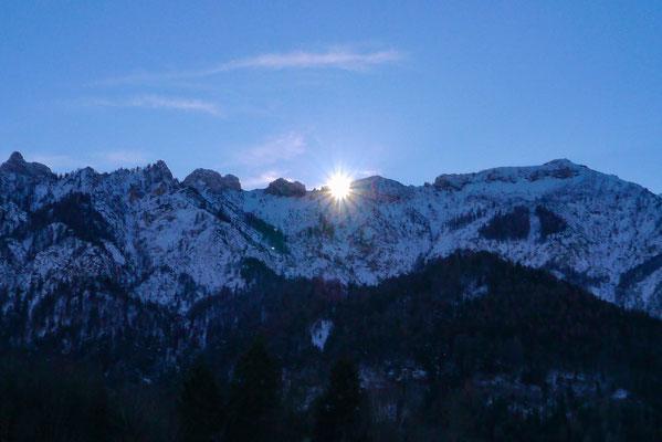 Die Sonne scheint durch das Teufels-loch am Untersberg