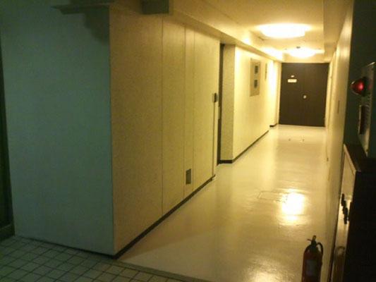 階段を下りて後ろ側に廊下があり