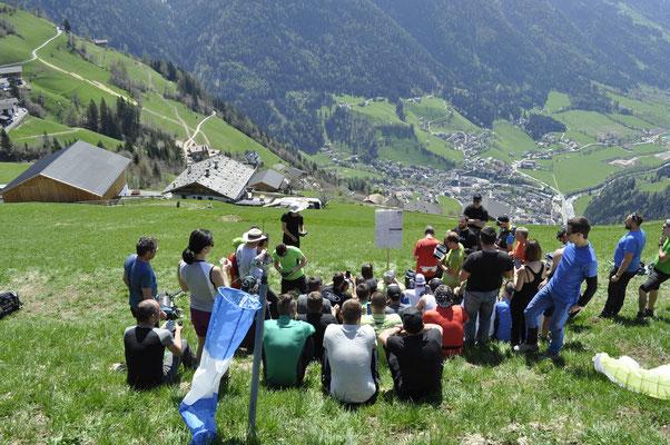Paragliding Teilnehmer am Start Glaiten in St. Leonhard