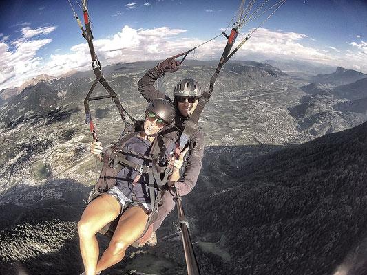 flieg mit Peter - Paragliding Tandemflug im Meranerland - im Hintergrund die Dolomiten