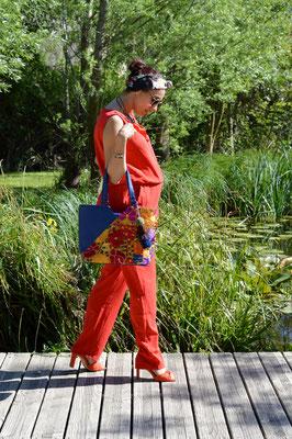 Une combinaison rouge et le sac à bandoulière bleu Zoatl