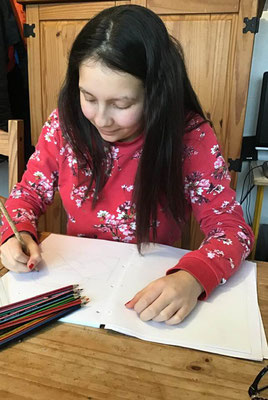 A 14 ans, Maëva dessine une collection de sacs à main