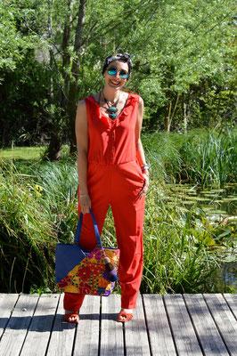 Combinaison rouge grossesse et sac bleu en cuir