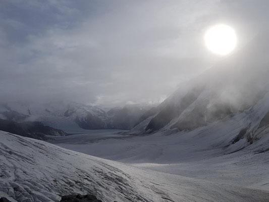 Am nächsten Morgen: Die auflockernde Wolkendecke über dem Aletschgletscher