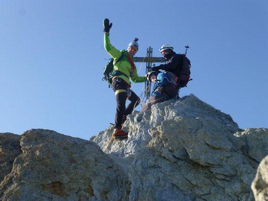 Julius Thöming, Sebastian Sedlmeier, Torsten Puschmann am Gipfelkreuz vom Nadelhorn. (4327m)