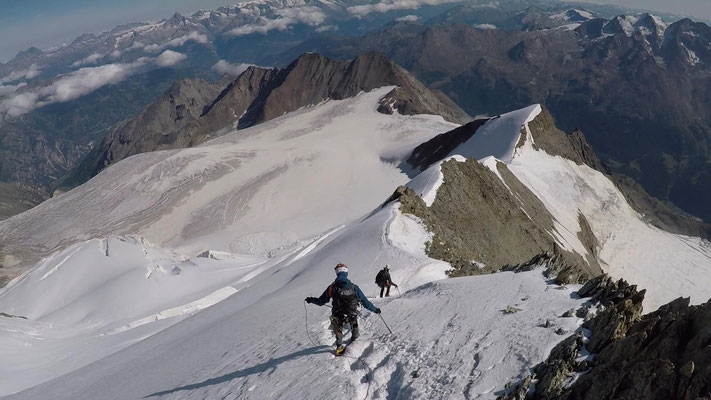 Christian und Sven beim Abstieg über den Nordwestgrat des Nadelhorns. Der unterste Gipfel mit Firnkuppe – Ulrichshorn (3925m), davor das Windjoch (3850m)
