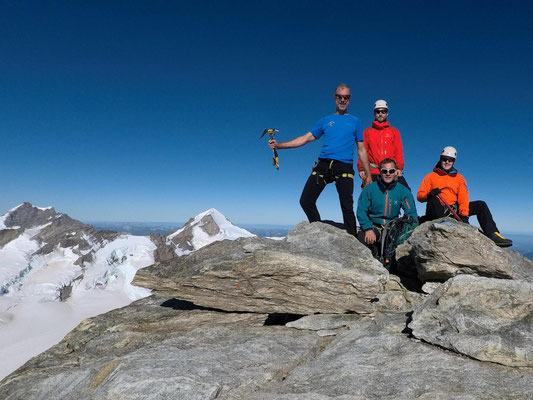 Endlich geschafft! Gipfelfoto am Gross Fiescherhorn. Im Hintergrund Jungfrau und Mönch (v.l.n.r.)