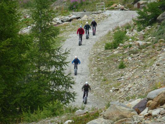 Mit dem Trotti-Roller ging es von Kreuzboden ca. 11km downhill runter nach Saas Grund.