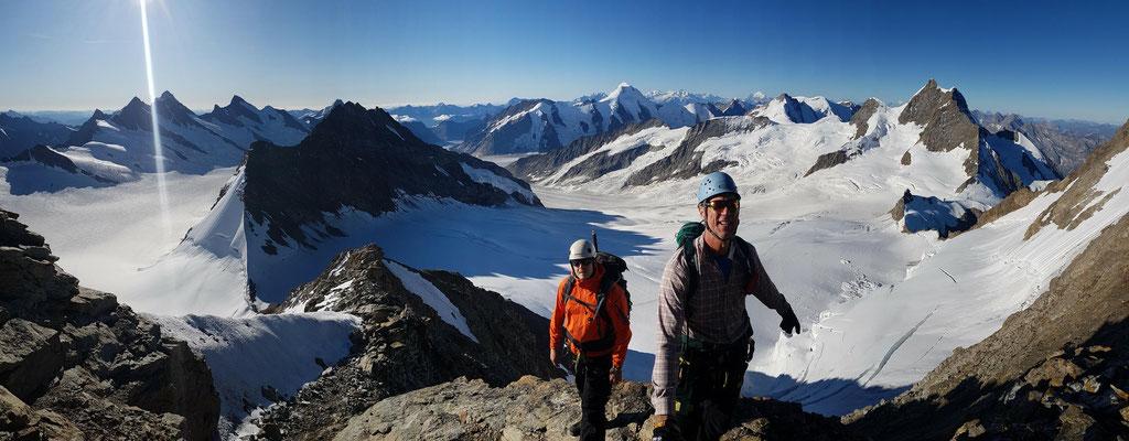Gipfelpanorama vom Mönch: links fließt das Ewigschneefeld und rechts der Jungfraufirn ins Tal. Diese treffen am Konkordiaplatz auf den Aletschgletscher