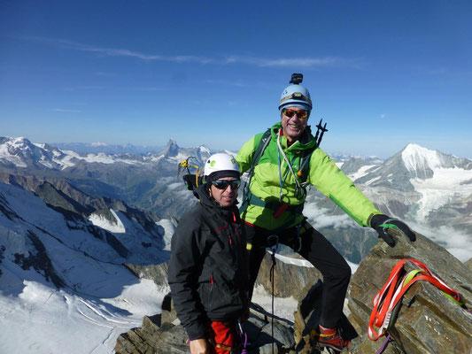 Sven Webersinn, Torsten Puschmann auf dem Stecknadelhorn (4241m). Links das Matterhorn, rechts das Weisshorn