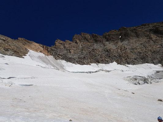Rückblick zur Fiescherscharte: Die zurückgelegte Schuttrinne und der gewaltige Bergschrund