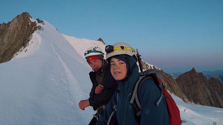 Julius Thöming und Sebastian Sedlmeier auf dem Nordostgrat kurz vorm Gipfel des Nadelhorns (4327m) links und weiter rechts das Stecknadelhorn (4241m)