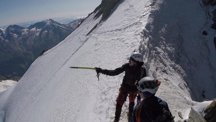 Sven Webersinn und Christian Borman auf dem Nadelgrat. Im Hintergrund die vereiste Traverse zum Nordwestgrat, im Hintergrund der Weissmies (4017m).