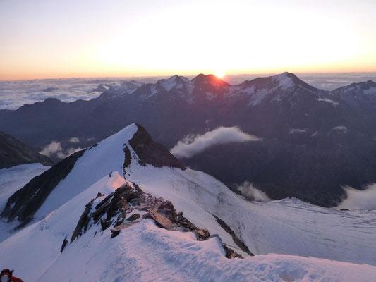 Sonnenaufgang am Nordostgrat am Nadelhorn, von unserer ersten Dreierseilschaft aufgenommen, unten kommt unsere zweite Dreierseilschaft über den Grat herauf
