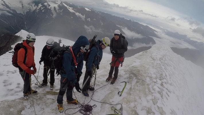 Auf dem Gipfel des Weissmies - dieser hatte uns alles abverlangt, Schnee, Sturm, Hagel und heftiges Gewitter kurz vorm Gipfel. Am Grat warteten wir durchnässt das Gewitter ab. Danach noch langer Abstieg über Gletscher und durch Gletscherbruch.