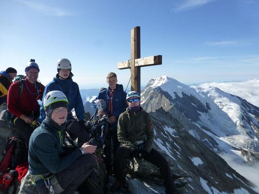 Unsere Gruppe auf dem Lagginhorn - im Hintergrund der Weissmies 4017m, hatten wir am Vortag überschritten, von hinten von der Almageller Hütte über den Südgrat und dann über die Westschulter (rechts) zur Weissmieshütte abgestiegen.