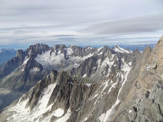 Aussblick vom Gipfel auf die benachbarte Bergwelt
