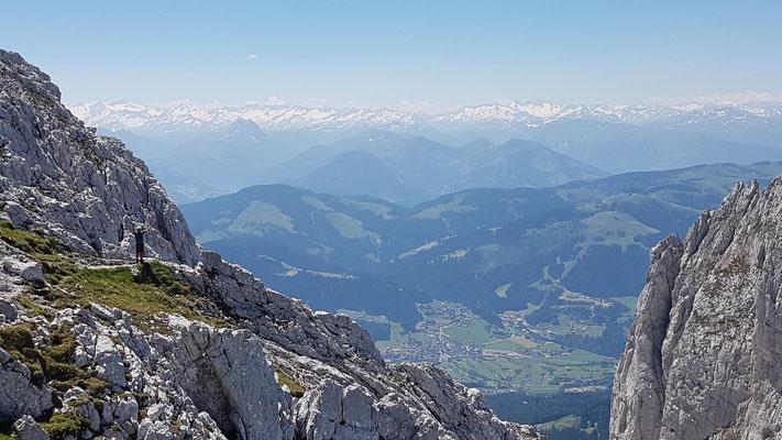 Im Abstieg mit Blick bis auf die Hohen Tauern im Süden
