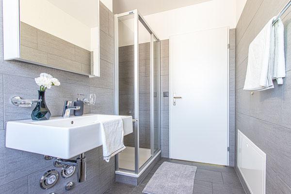 Zwei Tageslicht-Badezimmer in der Wohnung (Badewanne/WC, Dusche/WC) und Waschturm