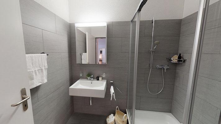Geräumige Dusche mit zwei praktischen Glasschiebetüren