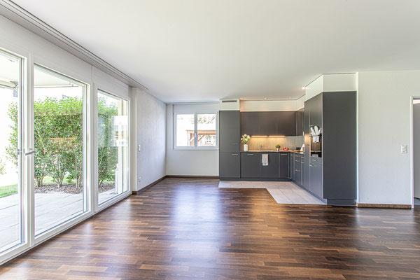 Moderne offene Küche mit Granitabdeckung, Glaskeramikherd, Geschirrspüler, Backofen auf Augenhöhe, 274 Liter Kühlschrank