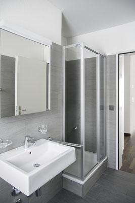Geräumige Dusche mit Glasschiebetüren