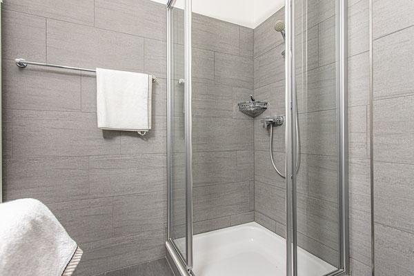 Zusätzliches Badezimmer mit geräumiger Dusche