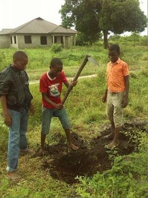 Auch die Kinder helfen mit beim Löcher graben...