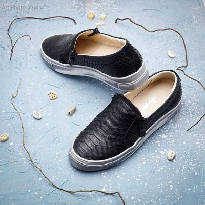 фотография обуви на бетоном фоне серо-голубого цвета