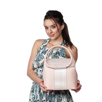 женская сумочка - фотосъемка с моделью