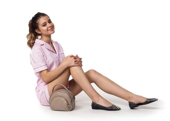 реклама женской сумочки с моделью
