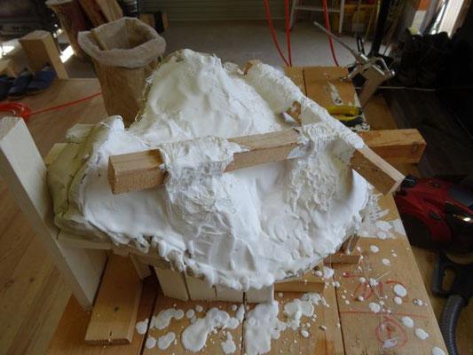 石膏型塗り、木で固定します。