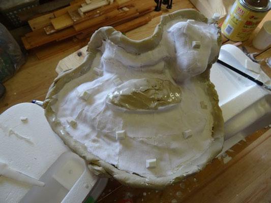 見えなくなる部分には粘土でカバーし、最後に石膏を流し込むための穴を確保します。