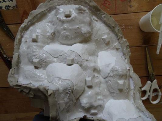 内型を石膏で作ります。アンダーカットがあると、石膏外型が抜けなくなるからです。