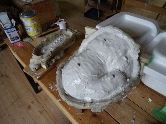 石膏の外型を固定するための突起を貼ります。