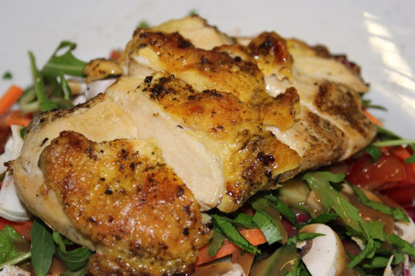 Maishähnchenbrustfilet auf Salat