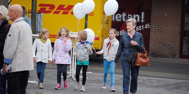 Luftballons spazieren führen
