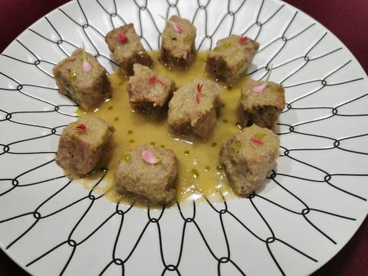 Tacos de atún encebollado