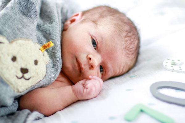 Familie| Newborn Shooting| Baby| Neugeborenes| Kuscheldecke| Namensbuchstaben| Home Shooting| Hendrikje Richert Fotografie