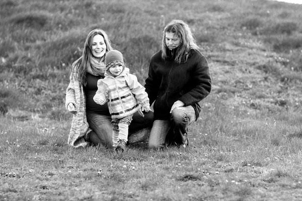 Schwangerschaftsshooting in Neubrandenburg mit Jenny, Christopher & Carl| Wiese| Kinder| Luftballon| rennen| spielen| Natur| Lächeln| schwanger| Familie| Greifswald| Hendrikje Richert Fotografie