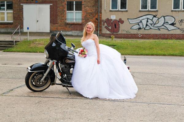 After Wedding Shooting mit Lisa Klingenberg| Teil 2| Hendrikje Richert Fotografie| Neubrandenburg| Lost Place| Natur| Hochzeit| Blumen| Motorrad|