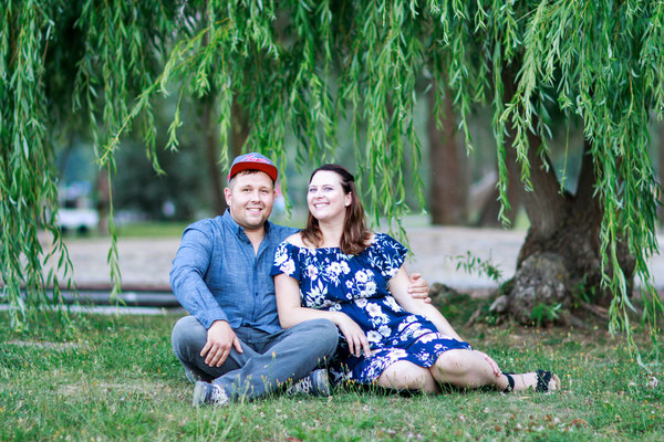 Portraitshooting Neubrandenburg Hendrikje Richert Fotografie| outdoor Shooting, Weide, Sommerkleid, Lächeln, Verlobungsshooting, Liebe, Umarmung, Jahresrückblick 2018