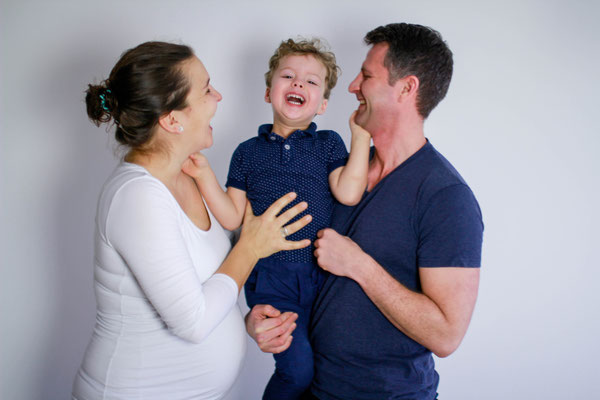 Schwangerschaft| Familie| Home Shooting|kuscheln| küssen| lachen| Greifswald| Hendrikje Richert Fotografie