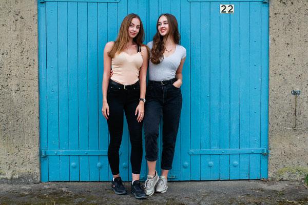 Freundschaftsshooting mit Mareike und Eva| Fashion Portrait, Freundinnen, Garagentor, Lächeln, outdoor, urban